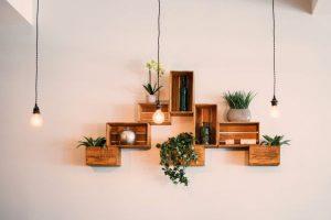 becuri cu lumina calda in aranjament rusitic de design interior cu rafturi