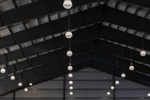 interior cu tavan si corpuri de iluminat cu lumina rece