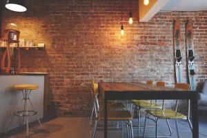 interior decorat cu becuri cu lumina rece si calda