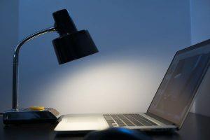 lampa de birou cu lumina rece