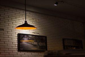 lampa de tavan cu lumina calda si spot luminos cu lumina rece